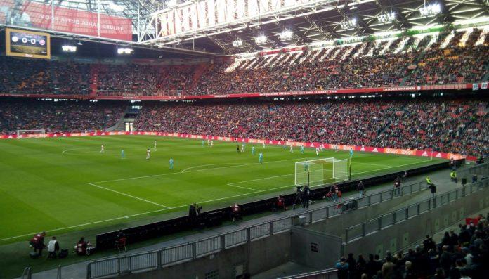 Ajax wint met 3-0 van FC Twente