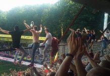 Uitsupporters Ajax in de hekken in Venlo bij VVV – AJAX (0-2)