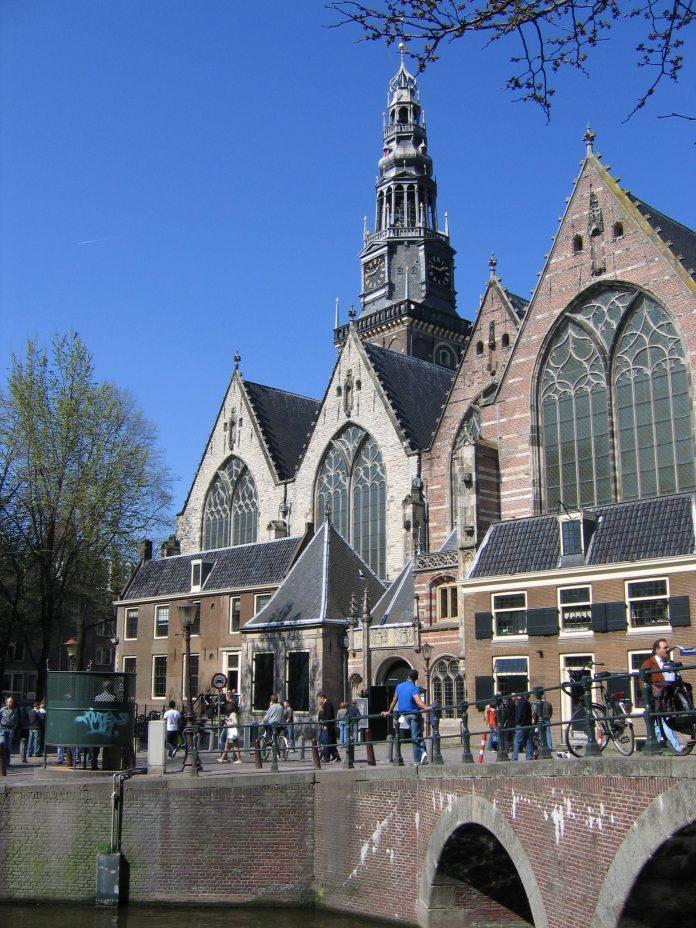 De Oude kerk: een mediatieve oase als tegengeluid van een hectische binnenstad