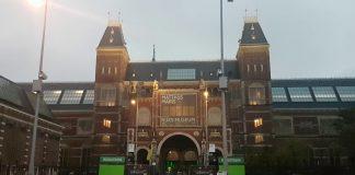 """""""Hier moet je toch gewoon bij kunnen zijn als Amsterdammer"""", zegt de Amsterdamse Edith Mansoor tegen VTA. Edith bedacht zich geen moment toen ze hoorde dat het concert exclusief toegankelijk was en stond rond zeven uur klaar bij het Rijksmuseum."""