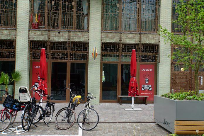 Woensdag talentendag bij Comedy Café in Amsterdam Iedere woensdag van kwart over acht tot half elf in de avond krijgen jonge talenten bij het Comedy Café in Amsterdam de kans om het podium te betreden en hun eerste hersenspinsels uit te werken.