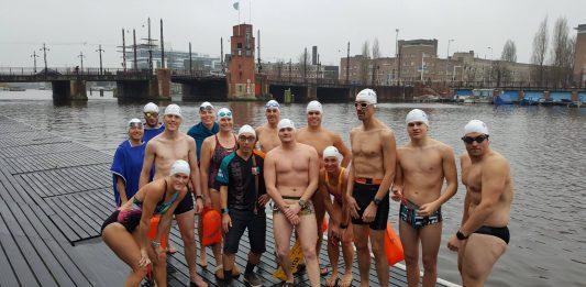 Eerste editie Amsterdam Ice Swim aanstaande Fergil Hesterman werd in januari nog vierde tijdens het WK ijszwemmen in Duitsland, maar zaterdag 30 december ligt hij 'gewoon' in de Amsterdamse Amstel bij de Berlagebrug tijdens de eerste zwemeditie van de Amstel Ice Swim.