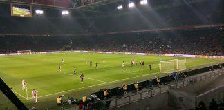 Ajax blijft PSV in de nek hijgen