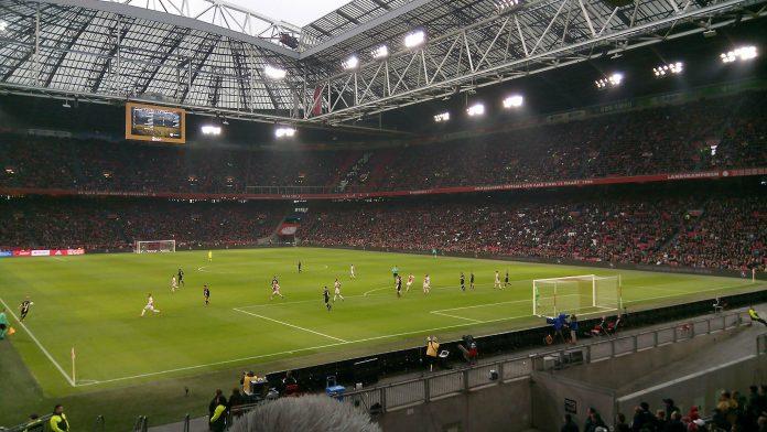 Ajax sluit roerige week af met 3-1 winst op Willem II