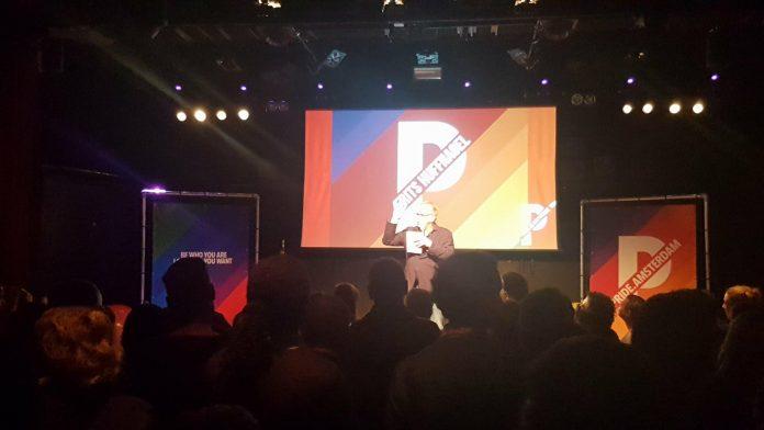 PrEP-voorstander Frits Huffnagel vermaakt publiek bij bekendmaking boten PRIDE 2018