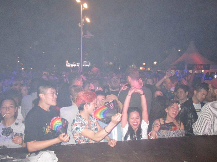 Feest, liefde en kleurrijke happening bij Bevrijdingsfeest Homomonument