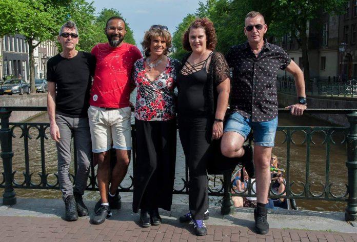 Spijker Bar: Proudly Serving the Gay Community since 1978 Menig jeugdige Amsterdammer zal de wenkbrauwen doen fronsen bij het horen van de naam Spijker Bar Amsterdam. Toch gaat er een prachtige historie schuil achter de gaykroeg die al sinds 1978 gevestigd zit aan de Kerkstraat nummer 4 in Amsterdam. VTA interviewde de voorbije weken een aantal boten die deelnemen aan de Canal Parade tijdens Pride Amsterdam 2018 op zoek naar het verhaal achter de deelname van verscheidene parade boten. Vandaag in het eerste deel het verhaal achter de boot van de Spijker Bar.
