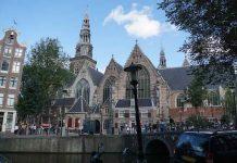 Oude Kerk in Amsterdam presenteert een lang verbogen kunstschat De Oude Kerk presenteert een lang verborgen kunstschat: zeven historische zijruimtes, waaronder enkele die eerder niet voor publiek toegankelijk waren. De inrichting, een samenspel tussen erfgoed en hedendaagse kunst, omvat eigen collectiestukken en topbruiklenen.