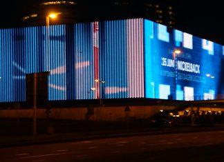 Het Amerikaanse duo Twenty One Pilots heeft vandaag aangekondigd dat ze met THE BANDITØ TØUR naar Europa komen. De wereldtournee brengt de band op 12 maart 2019 voor een concert naar Ziggo Dome, Amsterdam. De kaartverkoop start vrijdag 20 juli om 10:00 uur via Ticketmaster. THE BANDITØ TØUR is de opvolger van de EMØTIØNAL RØADSHØW in 2016. Het duo verkocht AFAS Live toen binnen enkele uren uit. Nu komt Twenty One Pilots, die vorig jaar nog een Grammy in de wacht sleepte voor Best Pop Duo/Group Performance, terug naar Nederland. Deze keer voor een show in Ziggo Dome. Afgelopen weken plaatsten de heren meerdere teasers op hun social media, waarmee ze het hoofd op hol brachten van hun enorme en trouwe fanbase. Zojuist werd het lange wachten beloond met het uitkomen van de eerste nieuwe singles Jumpsuit en Nico And The Niners van het aankomende studio-album Trench. Twenty One Pilots staat bekend om hun energieke live shows. Tyler Joseph en Josh Dun begonnen hun carrière met optredens in geboorteplaats Columbus, Ohio. De aanstekelijke mix van hiphop, pop en electronica die het duo produceert zorgt al snel voor een doorbraak naar een groter publiek. De successingle Ride, afkomstig van het vierde studio album Blurry Face, was in 2015 de opvolger van de gigantische hit Stressed Out, dat de dubbel platina status behaalde. Het nummer stond toen in de top 10 van zowel Spotify, iTunes, Airplay als Shazam. vrijetijdamsterdam.nl