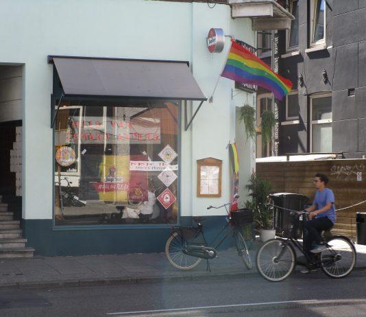 Amsterdam kleurt zaterdag voor groot deel in kleuren regenboog Amsterdam kleurt zaterdag voor een groot deel in de kleuren van de regenboog. Rond de 350 horecazaken in de stad hebben de regenboogvlag uitgehangen. De A'DAM toren, Paradiso en de Melkweg zullen zelfs hun gevel in de regenboogkleuren hullen