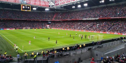 """Zij zijn groot en ik ben klein """"Ajax heeft vanmiddag gewonnen van Calimero. Zij zijn groot en ik ben klein en dat is niet eerlijk"""", is de eerste reactie van Ajax watcher Ramon Ensing, over de met 5-0 gewonnen wedstrijd van Ajax tegen Emmen"""