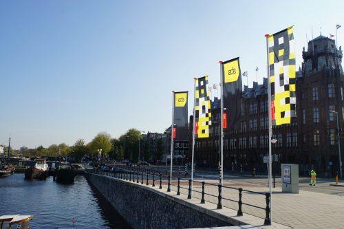 Zwart Gele dance-invasie ADE 2018 begonnen In de stad hangen traditiegetrouw weer de zwart/gele vlaggen van het jaarlijkse Amsterdam Dance Event. ADE 2018 start aanstaande woensdag 17 oktober 2018 en duurt tot en met 21 oktober 2018