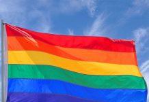 Gemeente Ouder-Amstel hijst regenboogvlag tijdens Coming-Outdag