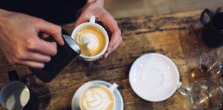 Bijzonder cadeau: een koffieworkshop Kerstavond komt eraan. Bent u nog op zoek naar een leuk en bijzonder cadeau? Voor de echte koffieliefhebber is een koffieworkshop een geweldig idee. Er zijn verschillende plekken in Amsterdam waar koffieworkshops worden geven: