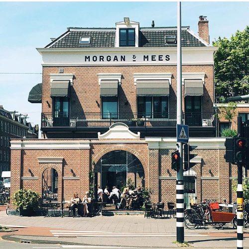 Morgan & Mees Kan een terras nog meer Amsterdam uitstralen vroegen we ons oprecht af?! Wat een heerlijkheid bij Morgan & Mees voor de deur, zeg! Eigenlijk hoeft u alleen maar een blik te werpen op onderstaande foto.. Maar nu we het toch over Morgan & Mees hebben is het mooi om te benoemen dat ze een hotel, bar en restaurant in één zijn. Je kunt er genieten van lekkere gerechten, zowel lunch als diner, en je kunt er zelfs voor een smaakvol ontbijtje terecht. Morgen & Mees is alle dagen van de week geopend! Morgan & Mees, adres: Tweede Hugo de Grootstraat 2-6, 1052 LC Amsterdam Facebook-pagina Morgan & Mees