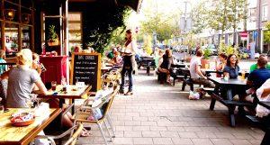 Café BAX Gegarandeerd dat je bij Café BAX op het terras een gezellige middag en/of avond hebt met je vaste vriendengroep. Bij de horecagelegenheid kun je 18 soorten bieren van de tap bestellen. Als het lekker weer is, dan is het ideaal om ze te drinken op het ruime terras van Bax. Daarnaast kun je er terecht voor een lekkere lunch en dito diner! Café BAX, adres: Ten Katestraat 119, 1053 CC Amsterdam Oud-West