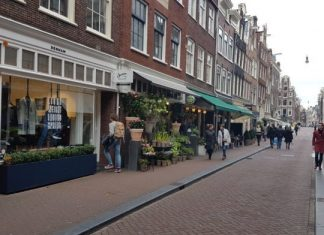 De leukste winkels om te shoppen in de 9 straatjes De redactie van Vrije Tijd Amsterdam steekt het nooit onder stoelen of banken. De 9 straatjes is ons favoriete winkelgebied in Amsterdam. En dat is niet alleen omdat je er lekker kunt shoppen, maar ook vanwege de authenticiteit die de panden en grachten uitstralen, de lekkere restaurants die in dat buurtje zitten en lekkere koffie winkels. Omdat we er zo graag komen vonden we het leuk om een top 4 samen te stellen.