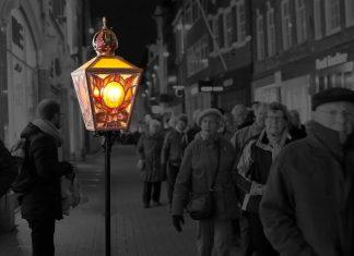 Duizenden bedevaartgangers lopen nachtelijke stille tocht door Amsterdam Op de avond van 16 maart 2019 komen duizenden bedevaartgangers uit het hele land naar Amsterdam, per touringcar, per fiets of zelfs te voet, om daar de Stille Omgang te lopen, een nachtelijke stille tocht door het centrum van Amsterdam.