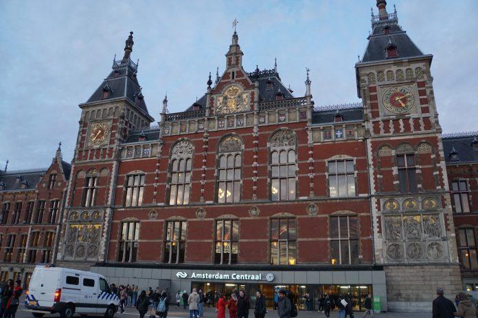 AT5: Politie Amsterdam extra alert na schietpartij Utrecht