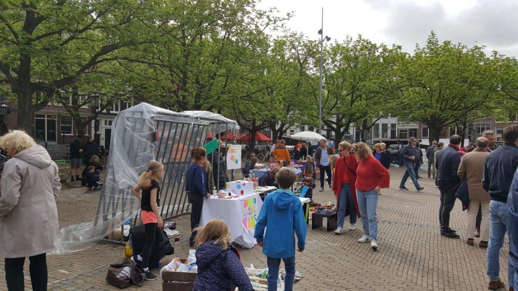 Koningsdag 2019: Lekker sfeertje op Amstelveld Er hangt tijdens Koningsdag 2019 een lekker sfeertje op het Amstelveld in het centrum. Dat kregen we te horen van één van onze verslaggevers ter plaatse. Momenteel is er onder andere een gezellige vrijmarkt gaande op het historische Amsterdam terrein.
