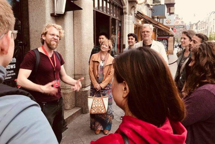 Boeiende stand up comedy walk door straten Amsterdam