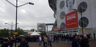 Ajax-supporters verzamelen bij de Johan Cruijff ArenA