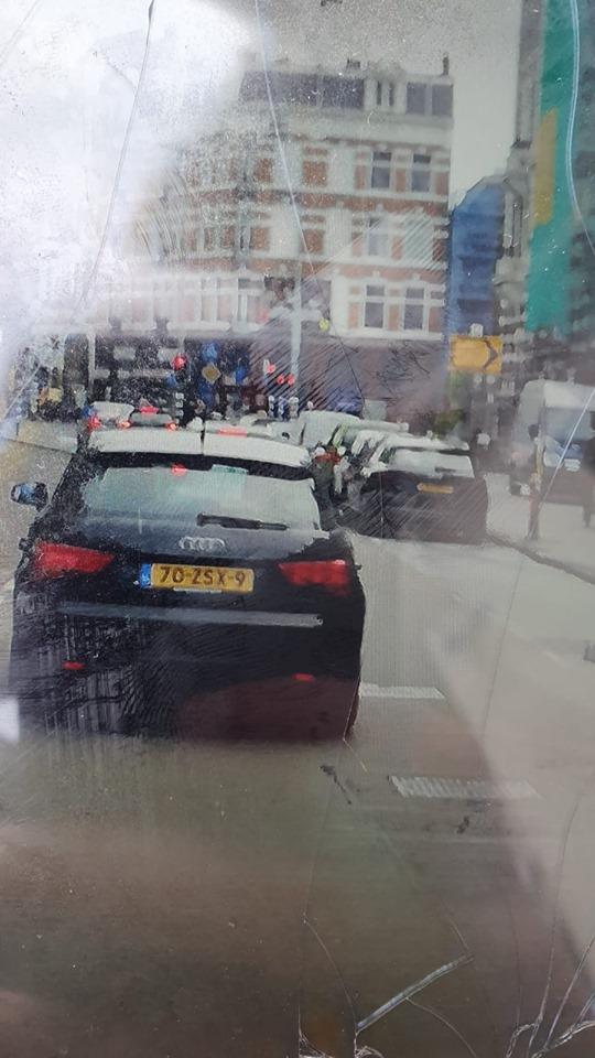 Automobilist rijdt bij Museumplein over voet supporter maar stopt niet