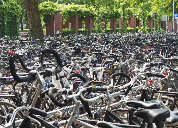 Met deze tips ben je beter voorbereid tegen fietsdiefstal! Fietsenrekken spelen een belangrijke rol in strijd tegen fietsendieven. Fietsenrekken die in een bewaakte fietsenstalling staan al helemaal. In dat kader werkt de Gemeente Amsterdam constant aan verbetering en uitbreiding van de fietsenstalling in de stad. Want, op het moment van dit schrijven