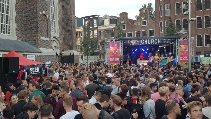 Vogelvrij de vrijheid vieren bij Homomonument in Amsterdam