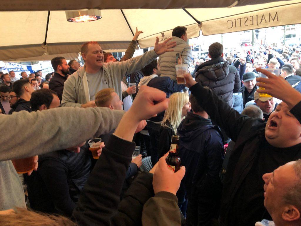 Engelsen zingen vast in voor Ajax tegen Tottenham