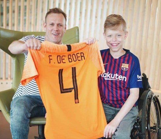 Mooi bezoek aan voetbalfan Luco in Emma Kinderziekenhuis