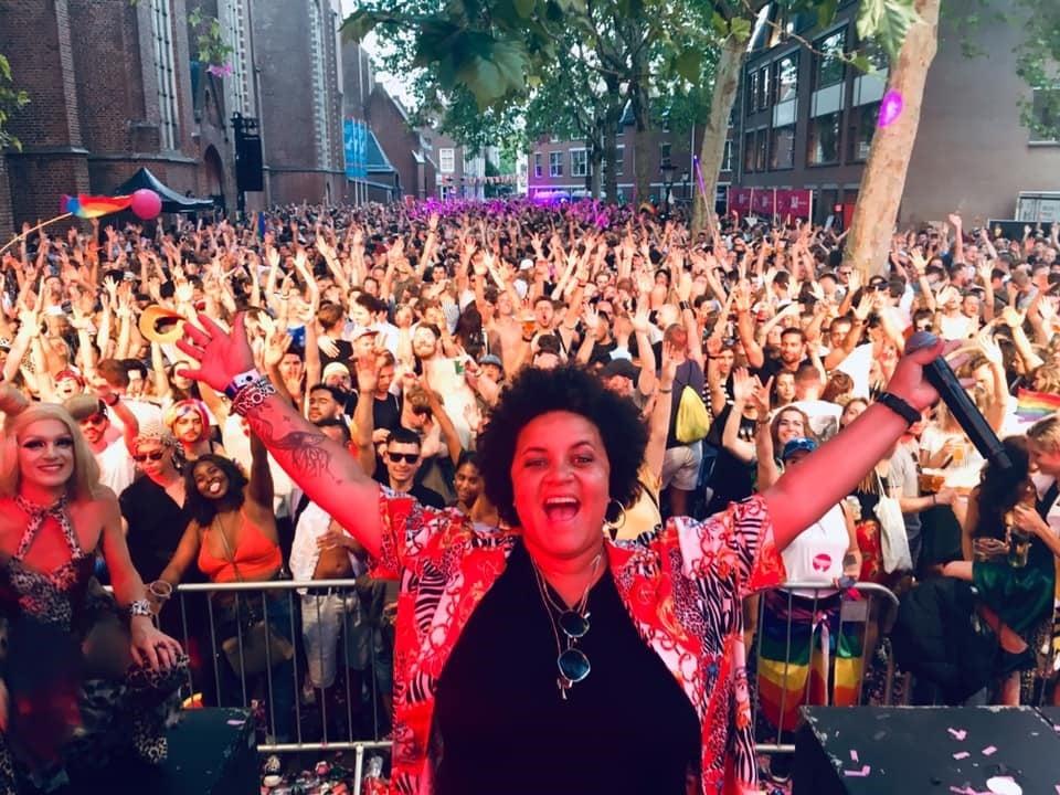 Hoe vond je de Pride in Utrecht? Het is mijn 2de Utrecht Pride en moet zeggen dat ik die ook het fijnst vind van Nederland hoor. Alle prides zijn leuk, maar deze is wat knusser en daar hou ik van! Wat een geweldige mooie dag was dat zeg!