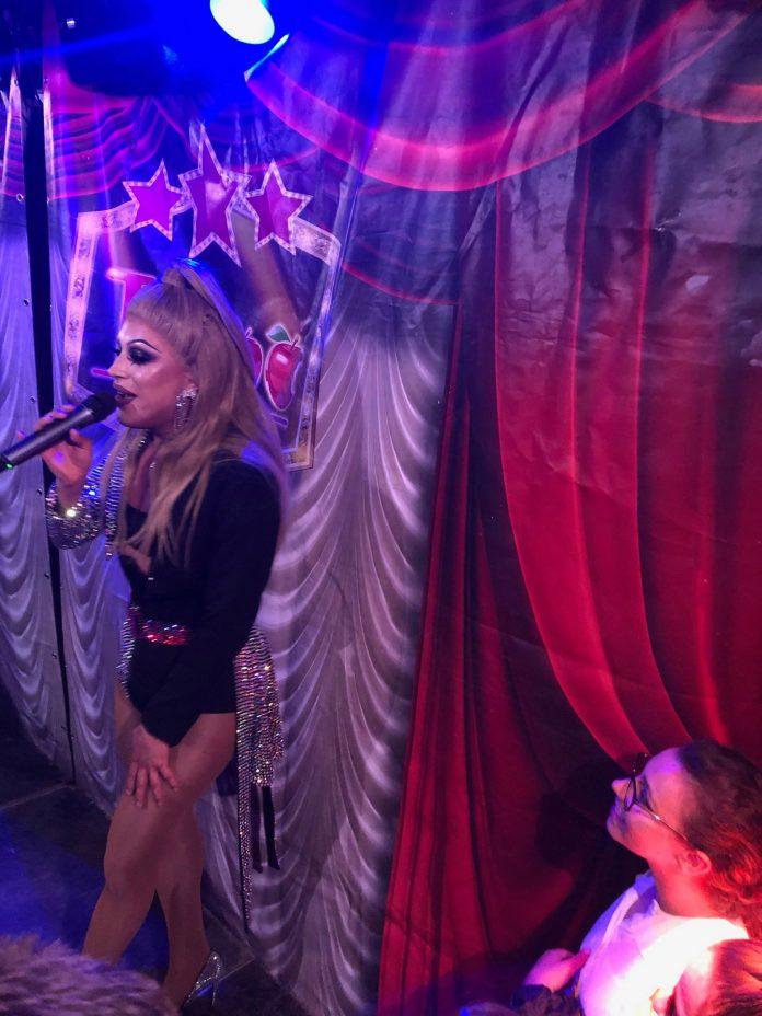 Taboo-publiek vermaakt tijdens show Miss Envy Peru en Skyla Versai