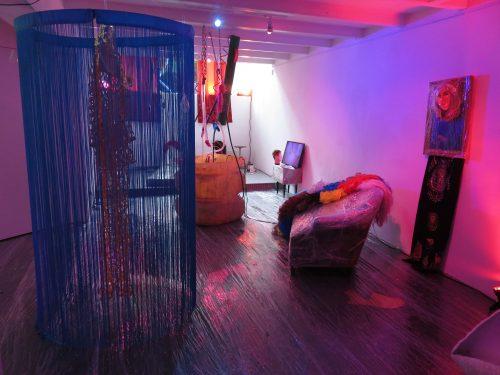 Het verhaal achter de kleurrijke, excentrieke en vrolijke expositie Dusk
