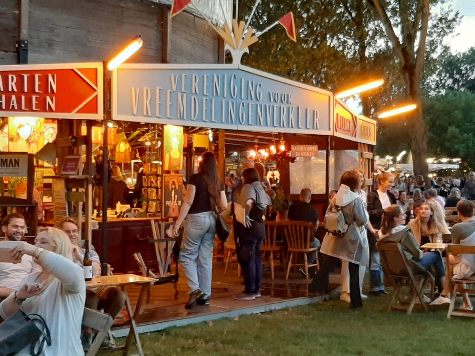 De Parade karavaan is sinds vrijdagavond weer geopend voor het Amsterdams publiek. In het Martin Luther Kingpark tref je een legio aan theatertenten