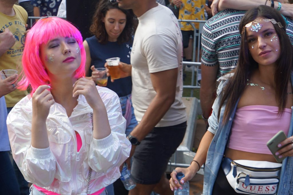 Dance liefhebbers trotseerden de windhozen op de Sloterplas voor een onvervalste editie van een uitverkocht Loveland festival.