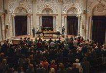 Staande ovatie en toegift Around the World on Two Pianos