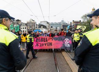 Extinction Rebellion voert actie tijdens Black Friday in Amsterdam