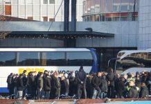 Circa honderd FC Utrecht supporters protesteerden zondagmorgen vredelievend voor de Stopera in Amsterdam. Met een groot spandoek 'afspraak is afspraak' werd een statement gemaakt tegen de Gemeente Amsterdam.