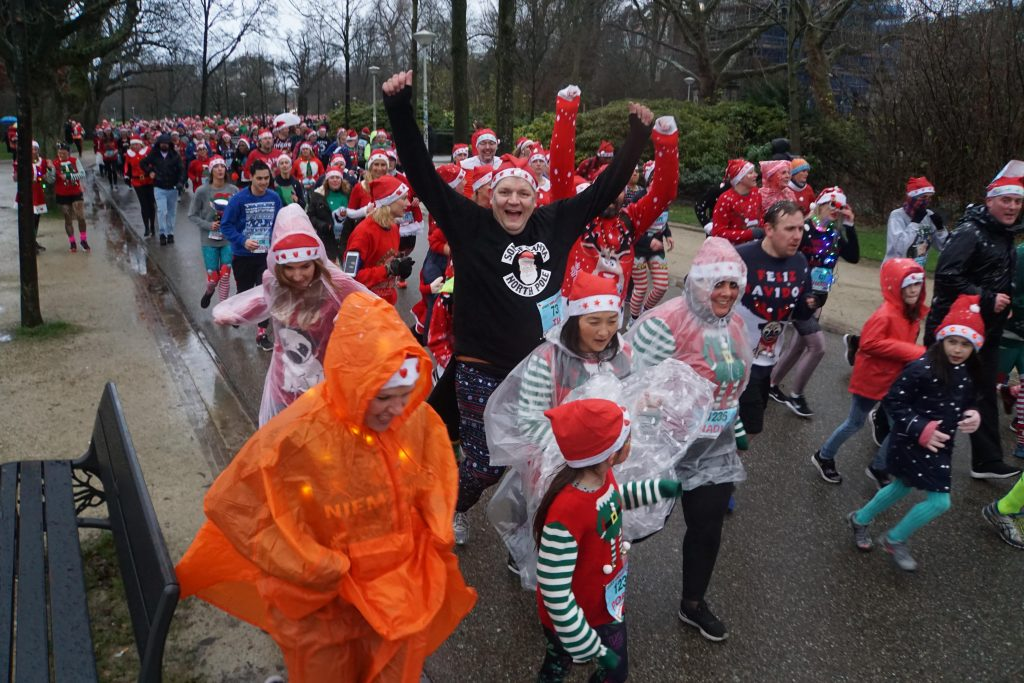 Deelnemers Ugly Sweater Run trotseren pokkeweer in Vondelpark