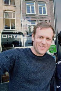 """In het Claverhuis aan de Elandsgracht vindt woensdagavond een nieuwe editie plaats van de Volt Discussion Series: Europe as a competitive block. Vrije Tijd Amsterdam ging met Floris Eigenhuis, de co-coördinator van de Volt Discussion Series op zoek naar het verhaal achter de aankomende editie, de Volt Discussion Series én Volt Amsterdam. Zou je allereerst Volt Amsterdam eens kunnen introduceren voor de mensen die er nog niet van gehoord hebben? """"Volt Amsterdam is onze lokale vertegenwoordiging van Volt Europa. Volt Europa is een beweging die tot stand is gekomen kort na het referendum over de Brexit in 2016, als tegenreactie op toenemende nationalistische sentimenten en populisme. Tijdens de Europese verkiezingen in mei 2019 kon er voor het eerst op ons gestemd worden en onze radicaal positieve boodschap slaat aan, want sindsdien zijn wij snel gegroeid. Inmiddels zijn wij in alle 28 (voormalig) EU-lidstaten actief, zijn wij in 14 Europese landen een officieel erkende organisatie én hebben wij een vertegenwoordiger in het Europees Parlement. Nu bereiden wij ons in Nederland voor op de nationale verkiezingen in maart 2021. Met Volt geloven wij dat de manier waarop politiek bedreven wordt, moet veranderen. Wij zien dat de politiek en de maatschappij van elkaar wegdrijven, waardoor er een voedingsbodem is ontstaan voor ontwrichtende en negatieve gevoelens. Als grassroot-beweging maken we de politiek bereikbaar voor iedereen, zodat we de kloof gezamenlijk kunnen dichten vanuit een positieve en constructieve toekomstvisie. Wij geloven dat verandering het beste van onderaf vorm kan krijgen, in plaats van dat er van bovenaf verteld wordt welke uitdagingen de maatschappij belangrijk moet vinden. Hiervoor zijn onze stedenteams heel erg belangrijk en spelen zij een centrale rol in het betrekken van de mensen."""" Wat is de achterliggende gedachte van de Volt Discussion Series? """"Wij zijn samen brengers. De enige manier om vooruit te komen, is door naar elkaar te luisteren. De Volt"""