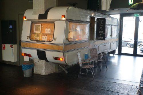 Volkshotel op de weg terug met 'vakantie in eigen stad' concept