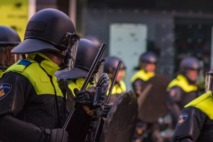 Politie maakt einde aan illegaal feest met honderden mensen in Haarlemmermeerse bos