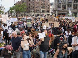 Drukbezochte demonstratie tegen anti-zwart politiegeweld op de Dam