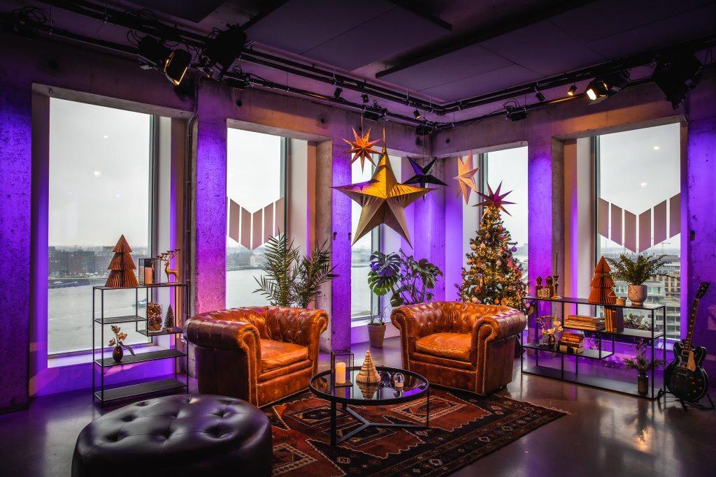 SemiFest Live is de vrolijke noot in deze sobere december dagen. Met een interactief online programma vult het de avonden in de kerstvakantie met kookworkshops, potjes bingo, kerstverhalen, dj-sets, surprise guests, danssessies en nog veel meer. Vanaf 23 december tot en met 2 januari zendt SemiFest Live uit vanaf de tiende verdieping van de A'DAM Toren in Amsterdam.