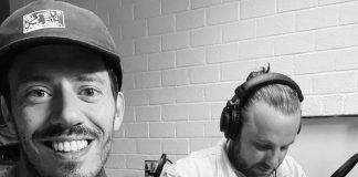Muziek duo vermaakt publiek met podcast Muziekologie