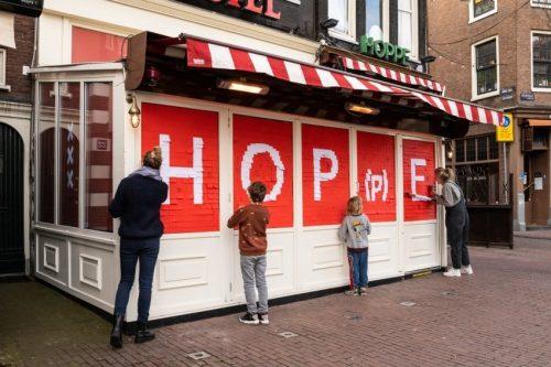 ER GLOORT HOPE BIJ CAFÉ HOPPE