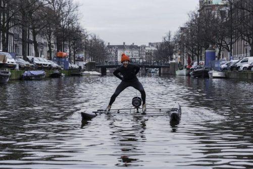 Kunstenaar Frankey schaatst Keizersrace op Amsterdamse grachten