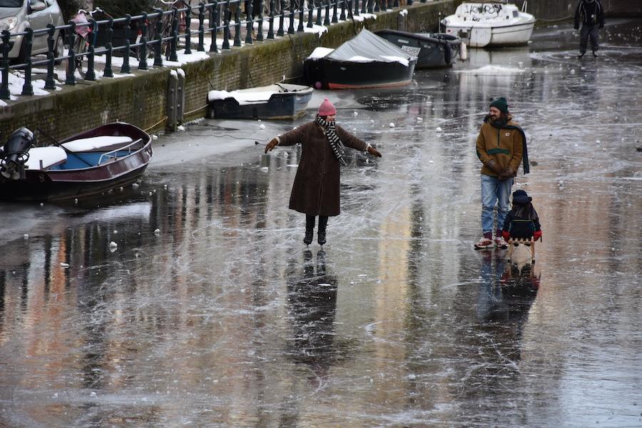 Schaatsen op de Amsterdamse grachten (foto's)
