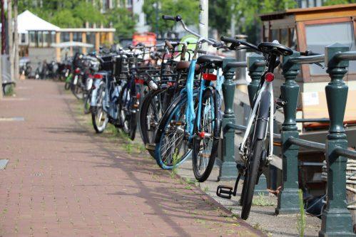 Amsterdamse vrijwilligers springen op de fiets tegen eenzaamheid